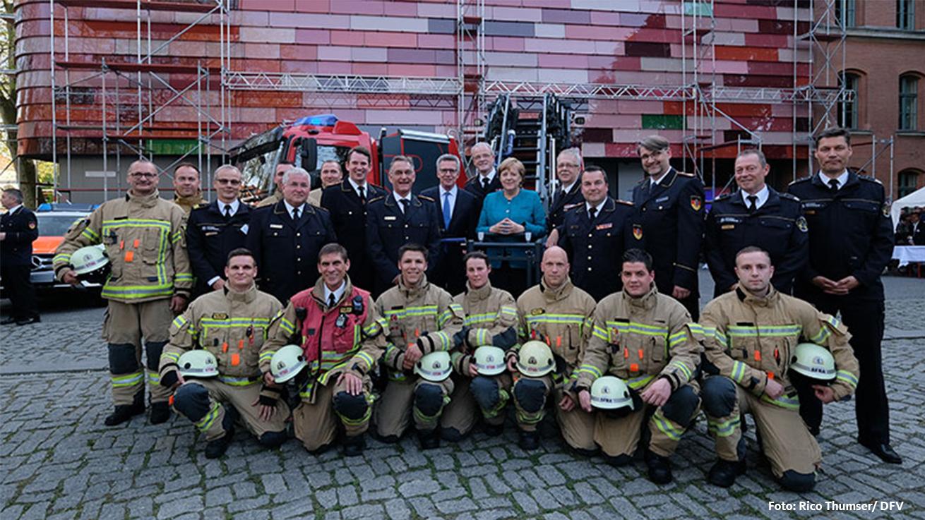 Merkel fordert größeren Respekt für Feuerwehrleute
